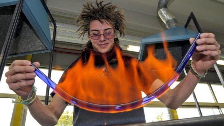 """Allein in der Ausbildung: Lukas Lüthy lernt Leuchtröhren-Glasbläser. Hier biegt er ein """"U"""" zurecht. Foto: Sandro"""