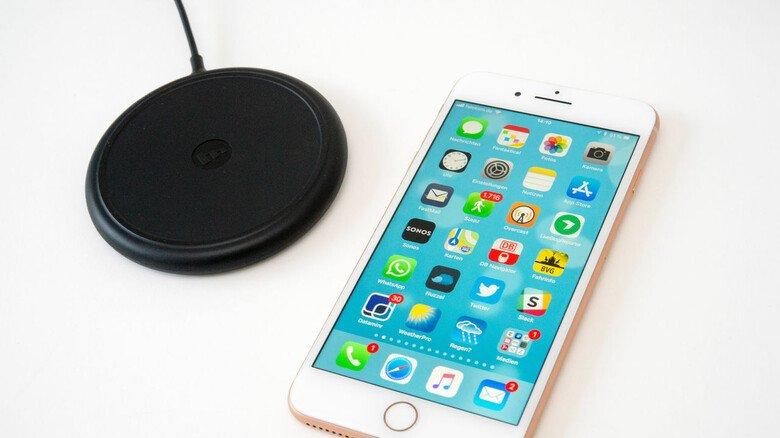 Kabellos loslegen: Einfach das Smartphone auf dem Wireless Charger platzieren – und schön lädt der Akku per Induktionsprinzip.