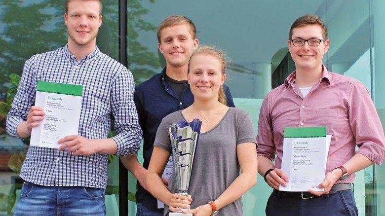 Gewonnen: Die Azubis Felix Hoppe, Christian Schulte, Rabea Schürmann und Sebastian Georg (von links nach rechts) mit ihrem Pokal. Foto: Werk