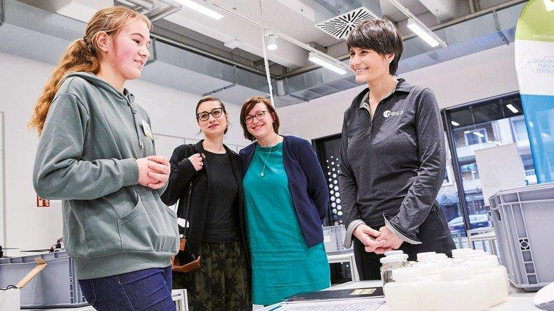In Hamburg: Die Astronautin mit SFZ-Chefin Janine Radtke (Zweite von rechts) und einer Schülerin.