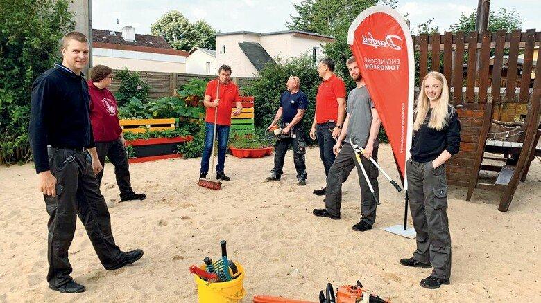 Engagement: Ausbilder Jan Widderich (links) im Sommer 2020 mit Azubis und Kollegen bei einem Einsatz auf dem Spielplatz der Kindertafel in Neumünster.
