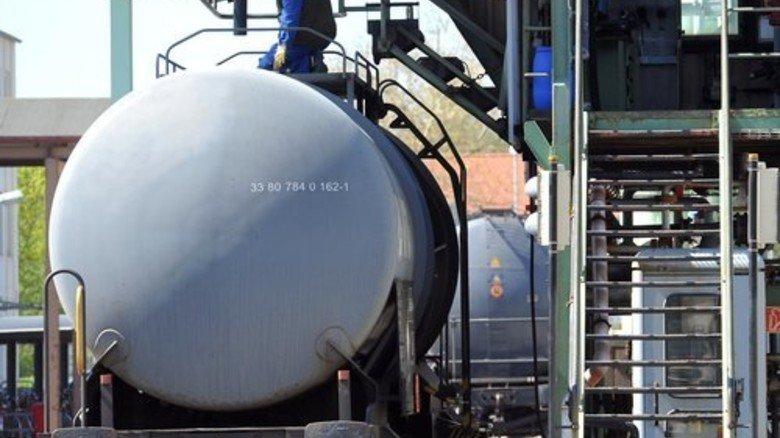 Und los: Die Produkte werden für den Transport in große Kesselwagen gefüllt. Foto: Puchner
