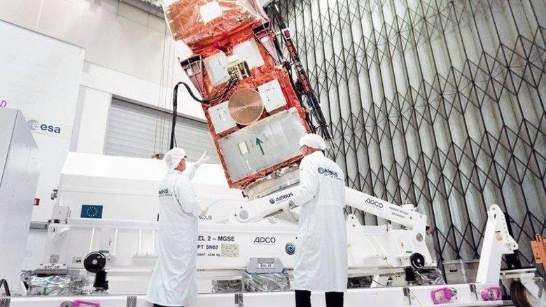 Sicher verpackt: Der Sentinel wird im Airbus-Werk auf den Weg zur ESA geschickt. Foto: Airbus