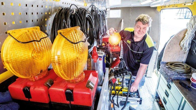 Ausrüstung komplett? Toni Hanzic checkt das Werkzeug an Bord seines Einsatzfahrzeugs.