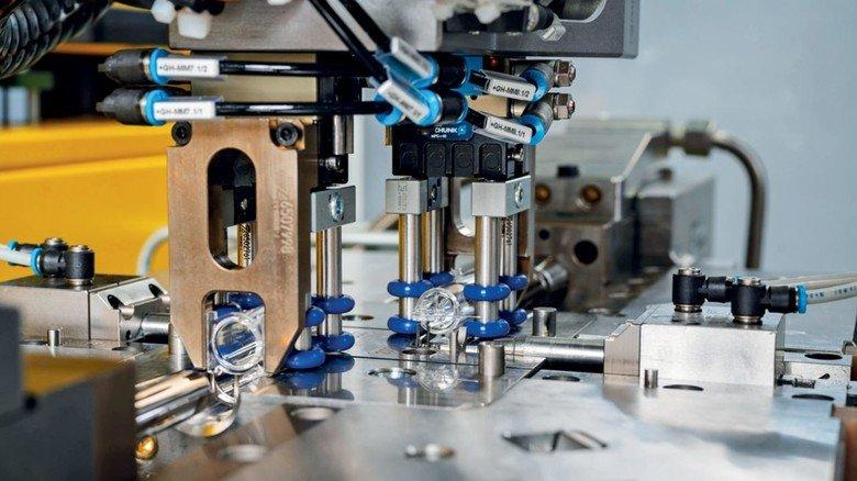 Zahoransky liefert Anlagen im Wert von 25 Millionen Euro aus, mit denen Spezial-Ampullen für den künftigen Corona-Impfstoff produziert werden.