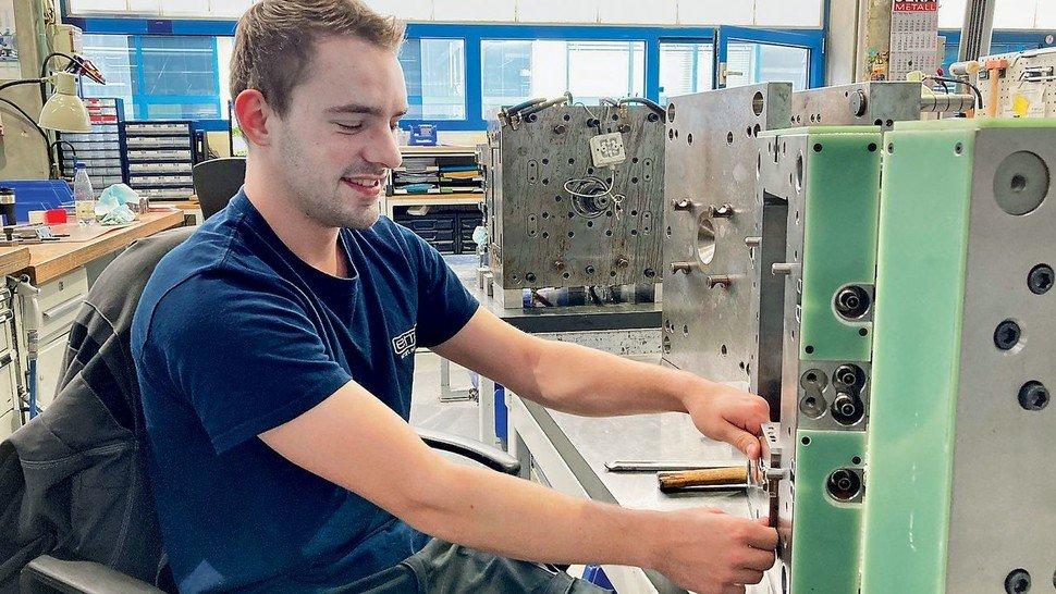 """""""Werkzeugmechaniker ist ein sehr vielseitiger Beruf. Das war genau das Richtige für mich"""", sagt Lukas Zimmermann über seine Ausbildung bei emz Hanauer. Der 21-Jährige schnitt bei seiner Prüfung als Bundesbester in seinem Fach ab."""