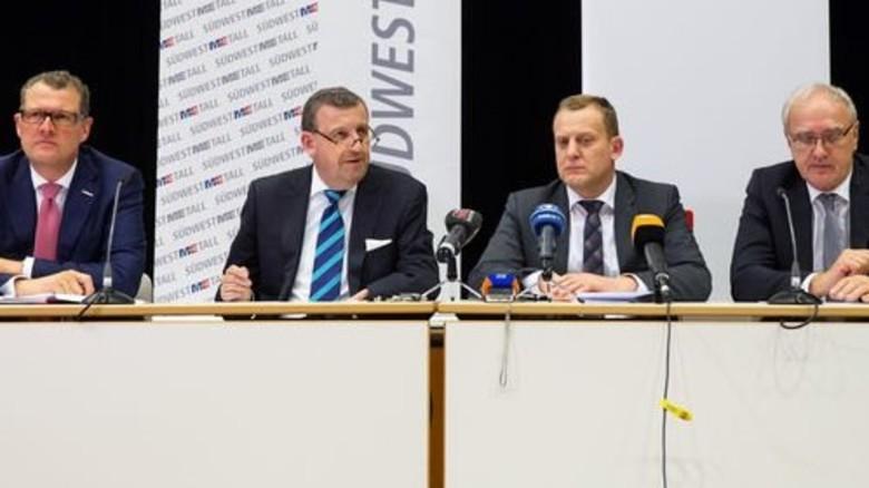 Pressekonferenz nach 16 Stunden Verhandlung: Gesamtmetall-Präsident Rainer Dulger, Südwestmetall-Verhandlungsführer Stefan Wolf, IG-Metall-Bezirksleiter Roman Zitzelsberger und IG-Metall-Vorsitzender Detlef Wetzel (von links nach rechts). Foto: Eppler