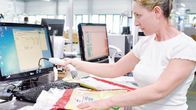 Qualitätskontrolle: Hidajete Sadiku überprüft Barcodes. Foto: Scheffler