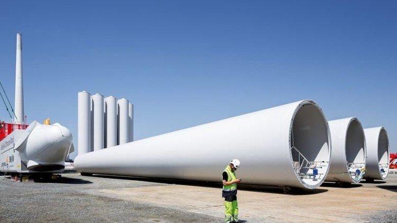 Bereit für die Montage: Stahlträger und Turbine warten im dänischen Hafen Esbjerg aufs Schiff. Foto: Vattenfall