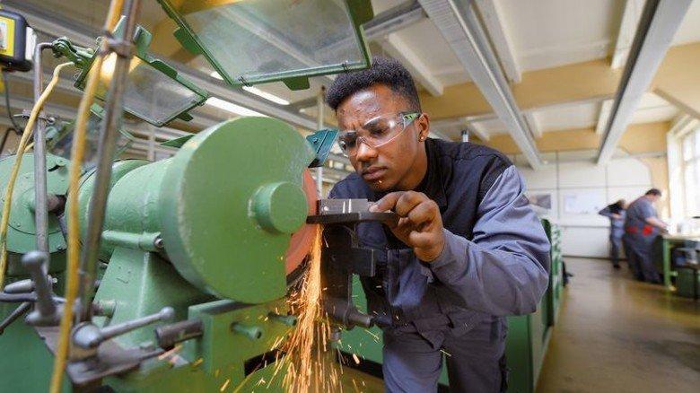 Am Schleifstein: Das Schärfen verschiedener Werkzeuge ist Teil des Ausbildungsprogramms. Foto: Augustin