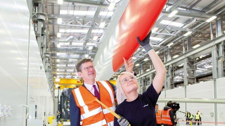 In Hull: Der britische Wirtschaftsminister Greg Clark mit Siemens-Mitarbeiterin Fiona Wright. Foto: Werk