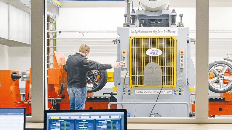 Am Prüfstand: Philipp Meyer testet, wann Reifen Ermüdungserscheinungen zeigen – gern auch mal bei Tempo300.