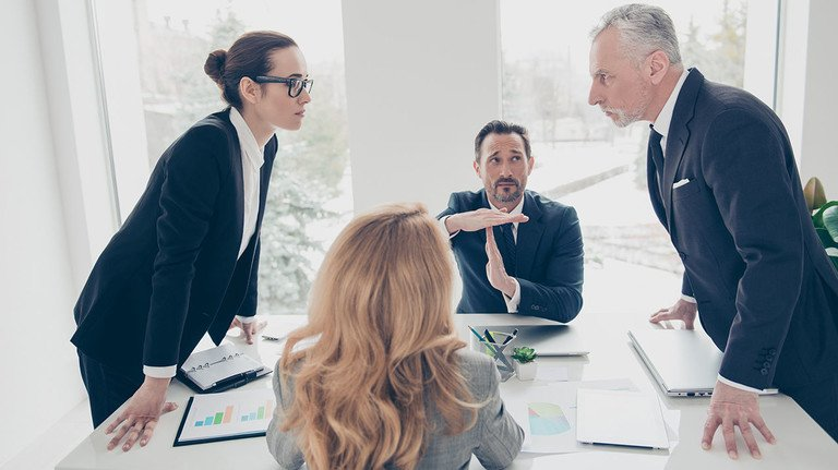 Mäßigung erwünscht: Meinungsäußerung im Job ist okay, den Betriebsfrieden darf sie allerdings nicht stören.