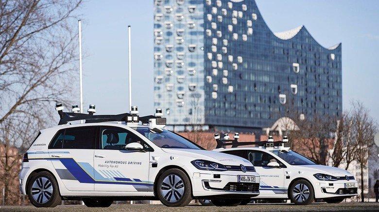 Elektrisch und autonom: Fahrzeuge der Hamburger Testflotte vor der Elbphilharmonie.