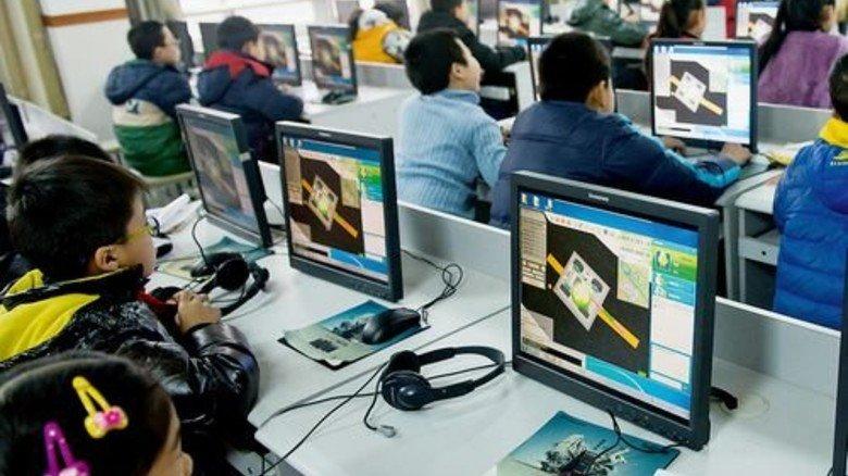 Früh übt sich: Eine chinesische Schulklasse plant Roboter am Computer. Foto: dpa