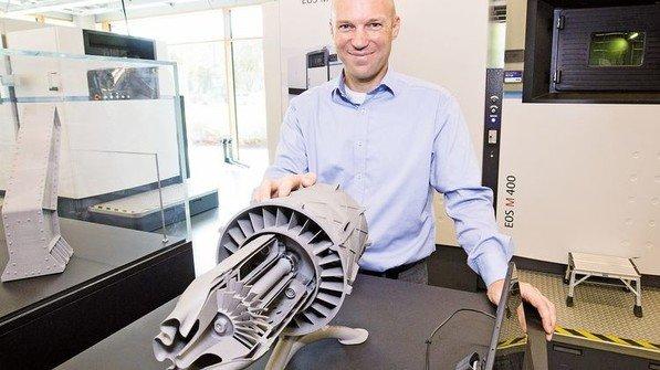 Sorgt für Durchblick: Informatiker Bernd Biechele mit einer additiv gefertigten Gasturbine. Foto: Werk