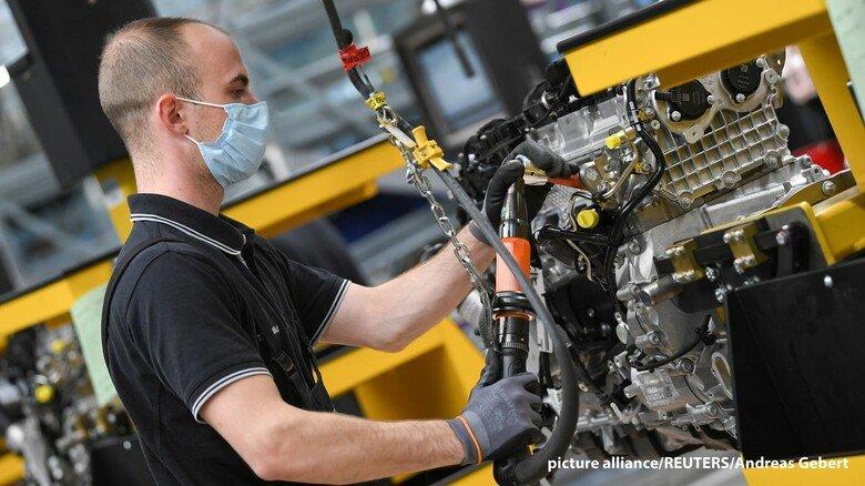 Made in Germany: Wir müssen so viel besser sein, wie wir teurer sind – das gilt mehr denn je. Dieses Foto aus der Produktion entstand im Daimler-Motorenwerk Bad Cannstatt.