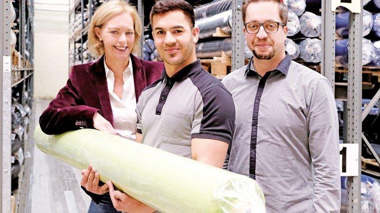 Gemeinsam Probleme lösen: Stefanie Windhoff mit Akhtar Elham (Mitte) und Ausbilder Pascal Hofner.