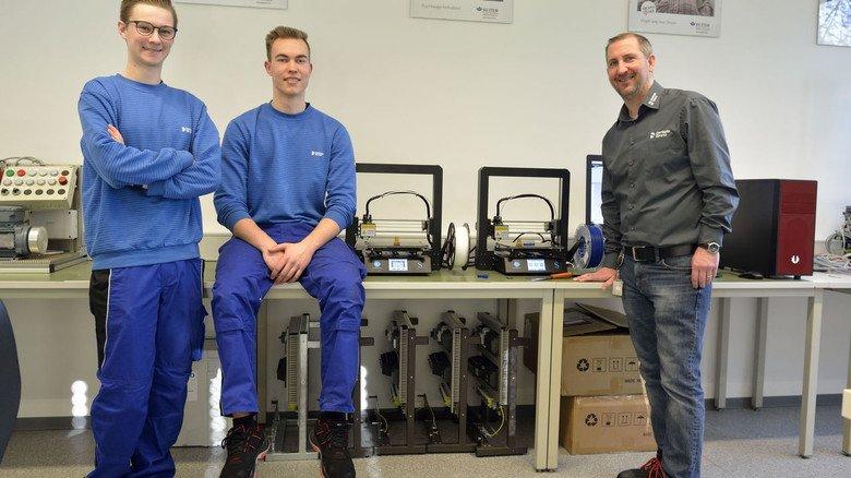 Stolz auf die neuen 3-D-Drucker in der Ausbildungswerkstatt bei Sirnoa in Besnheim: Azubi Valentin Daum und Ausbilder Tim Schicker.