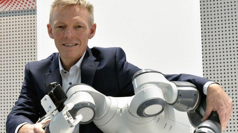 Keine Berührungsängste:Jörg Reger mit seinem Lieblingsroboter YuMi – der mit Menschen Hand in Hand an einer Aufgabe arbeiten kann.