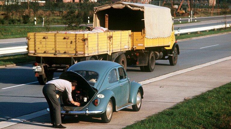 Liegt es vielleicht am Keilriemen? Der Fahrer eines VW-Käfers sucht nach dem Grund für die Antriebslosigkeit.