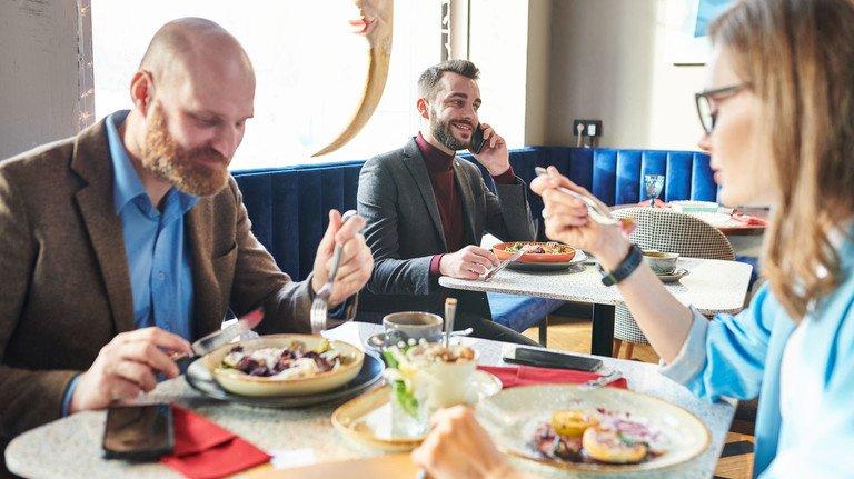 Es darf auch mal deftig sein: Wer in der Mittagspause warm schlemmt, sollte darauf achten, dass er ausgewogen isst - also viel Gemüse und Obst dabei ist.