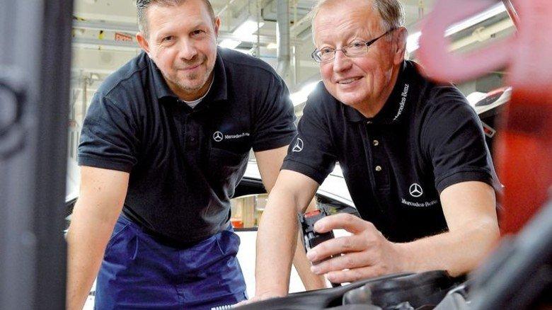 Bauteil-Check: Herbert Sick (rechts) überprüft zusammen mit Kfz-Elektriker Marcus Zymla den Stecker für das Motorsteuergerät. Foto: Bahlo