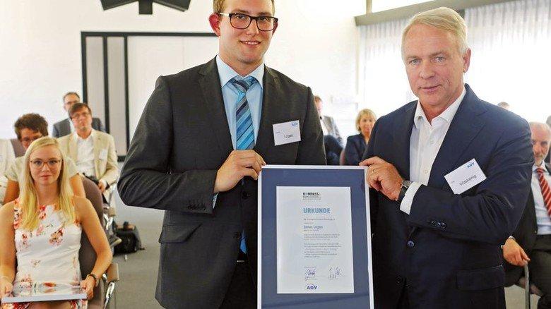 """Auszeichnung: Jörg Waskönig, Chef des Arbeitgeberverbandes Oldenburg, überreicht Jonas Loges den """"Kompass 2018"""". Foto: Leoni"""