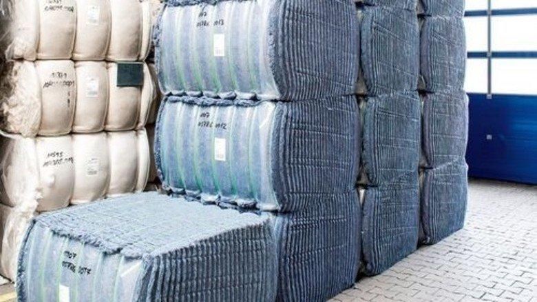 Dämmstoff aus Jeans: Reißbaumwolle wird im Autoinnenraum verarbeitet. Foto: Roth