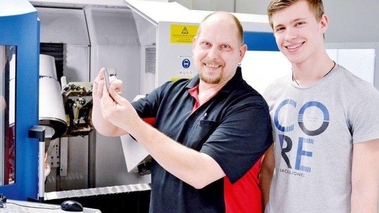 So geht's: Routinier Volker Emig (links) erklärt Zecic die Kniffe der CNC-Maschine. Foto: Scheffler