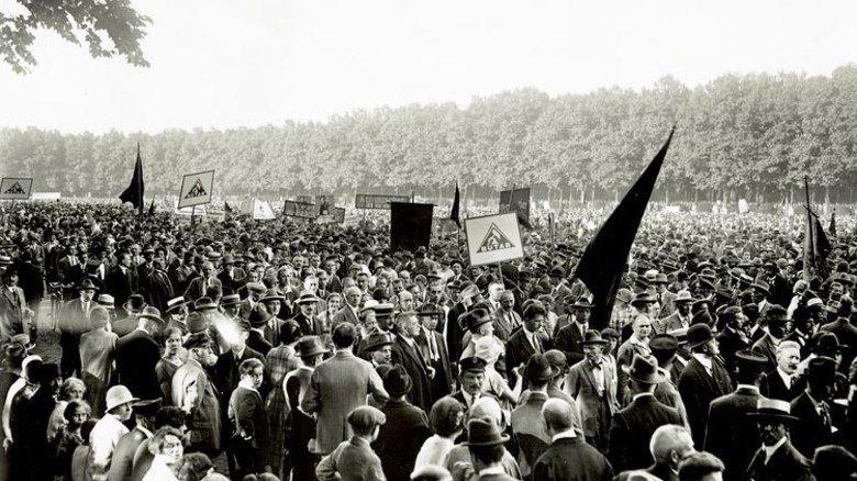 1920er Jahre: Fabrikarbeiter-Kundgebung in Berlin. Foto: AGK