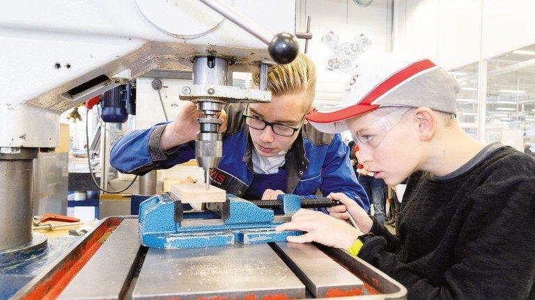 "Interessiert: Beim Projekt ""come with(me)"" dürfen Schüler an die Werkbank."