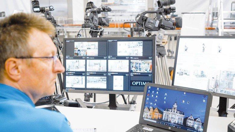 Alles im Blick: Ein Videotechniker überwacht die Übertragung des Livestreams.
