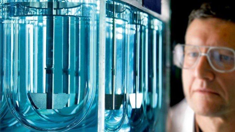 Simulation: Ein Wissenschaftler testet, wie gut eine Arznei vom Körper aufgenommen werden kann. Foto: Merck