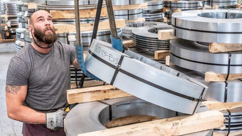 Am Anfang steht der Stahl: Robert Ruthenkolk bereitet die Coils für die Weiterverarbeitung vor. Foto: Roth
