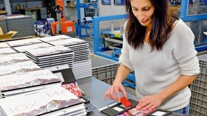 Geordnetes Innenleben: Hazan Derin befüllt Buchboxen mit Materialmustern. Foto: Scheffler