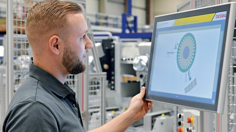 Kontrolle: Mitarbeiter Dawid Hinrichs überprüft den Probelauf einer Rundtischanlage.