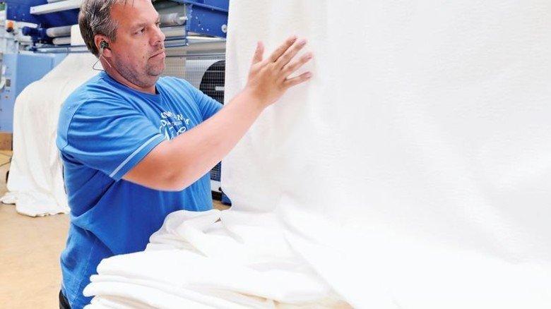 Prüfender Griff: Dirk Hinsel braucht Fingerspitzengefühl für seine Arbeit. Foto: Wirtz