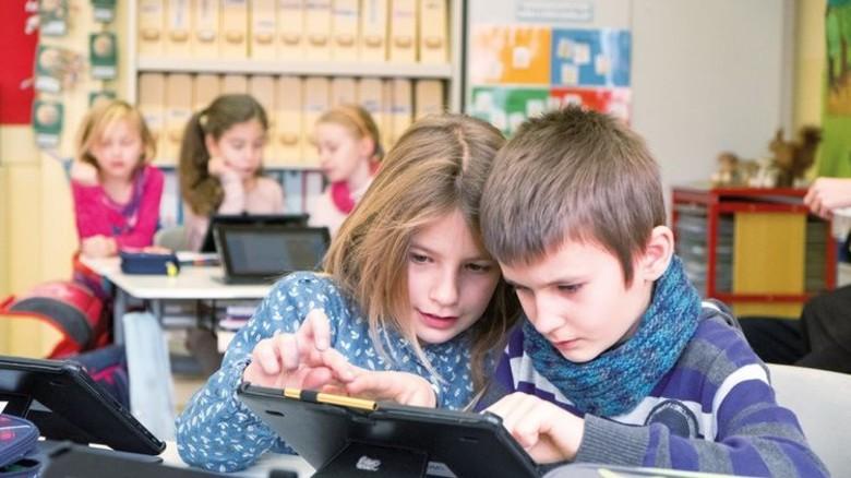Der Bedarf ist da: Bereits in der Schule arbeiten Kinder mit dem Tablet. Foto: Roth