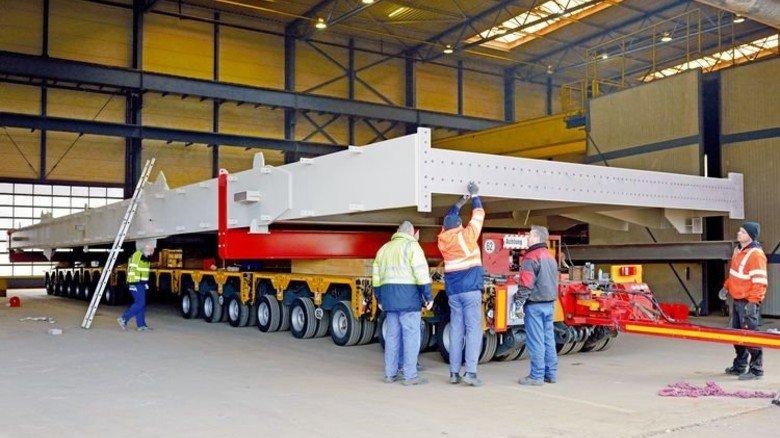 Spezialtransport: Ein fast 40 Meter langer und 7 Meter breiter Stahlträger für ein Kohlekraftwerk. Foto: Scheffler