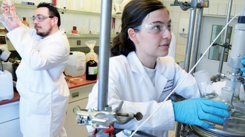 Profis: Nicole Duckwitz und Chris Mühlnikel produzieren Wirkstoffe. Foto: Sturm