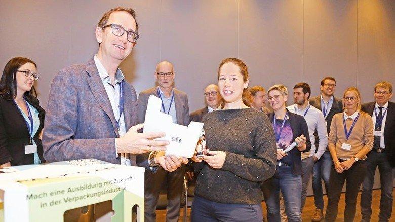 Er weiß genau, wie junge Menschen ticken: Peter Martin Thomas (links) beim HPV-Kongress – hier mit Katharina Appel von der STI Group in Lauterbach. Foto: Jörg Lantelme