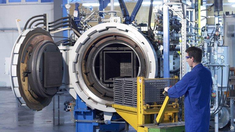 Möglichst allein an Maschinen und Anlagen: Im Bild bestückt ein Mitarbeiter  des Werkstoff-Spezialisten Element Six in Burghaun einen Sinterofen.