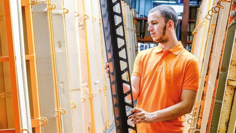 Picken und packen: Im Iserlohner Lager werden die Lieferungen rund um die Schlüter-Schiene zusammengestellt. Foto: Roth