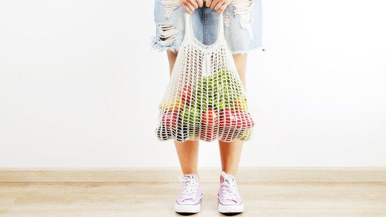 Weniger ist mehr: Schon bei der Einkaufstasche sollte man darauf achten, aus welchem Material sie ist.