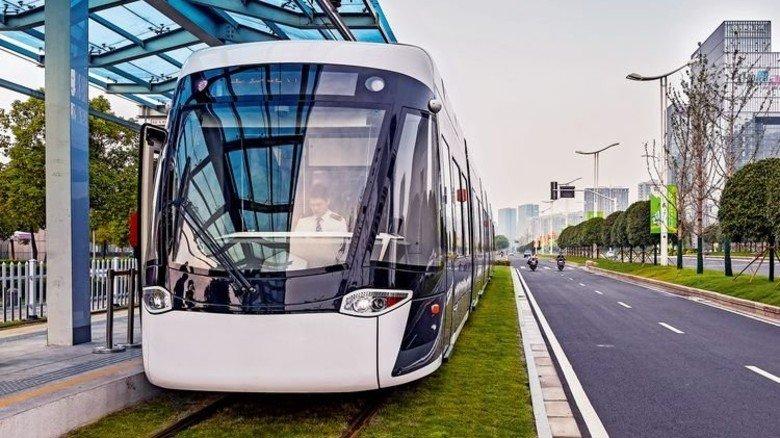 Nahverkehr: 30 Prozent weniger Strom sind durch Nutzung der Bremsenergie möglich. Solche Lösungen hat Bombardier. Damit fährt auch diese Straßenbahn in Nanjing (China). Foto: Werk
