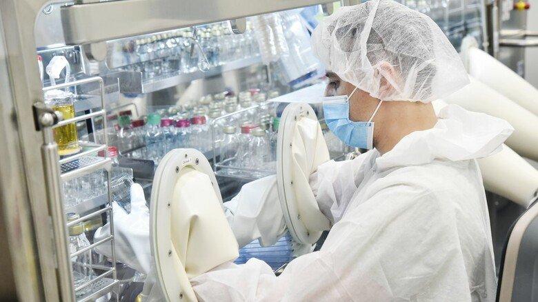 Arbeiten im Reinraum: Chemielaborant Arthur Schumach prüft, ob die Produkte steril sind.