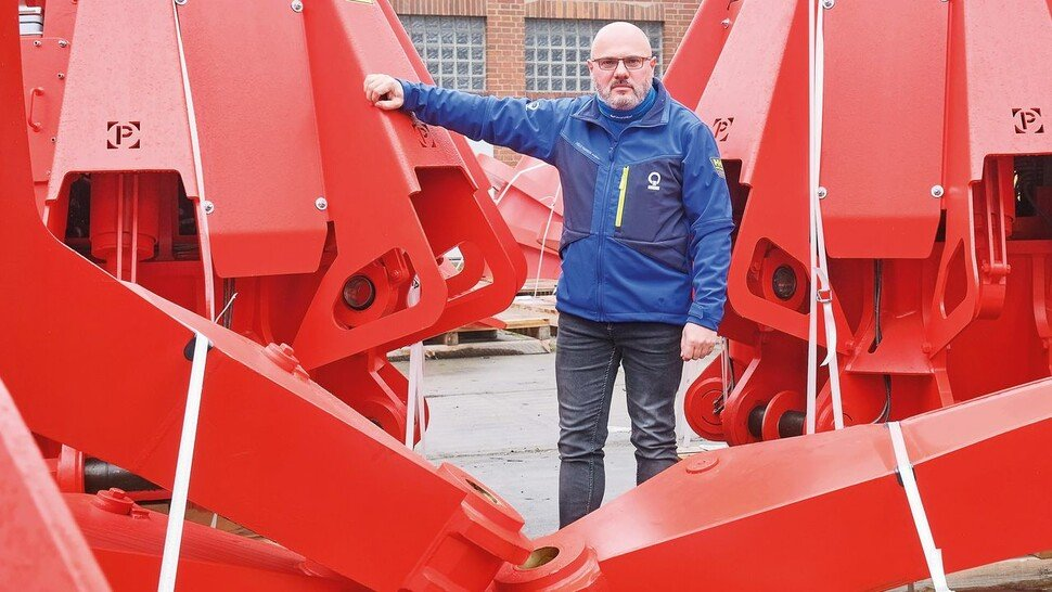 """Bestimmt für Portugal: Detlef Seyffarth von Salzgitter Maschinenbau begutachtet einen großen, gerade reparierten """"Peiner Greifer""""."""