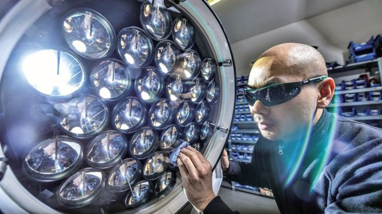 Kontroll-Check: Industriemeister Vinh Duong mit einem LED-Suchscheinwerfer. Foto: Christian Augustin