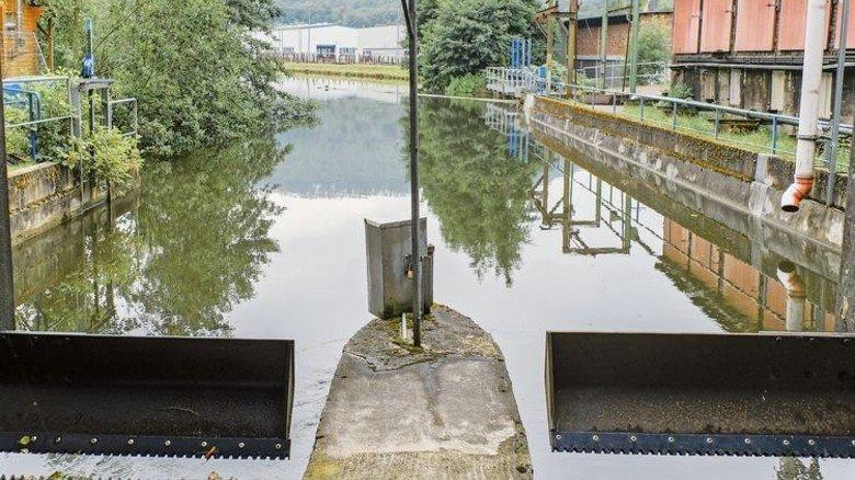 Mit halber Kraft: Links läuft das Wasser noch zur Turbine. Die auf der rechten Seite steht still. Foto: Roth